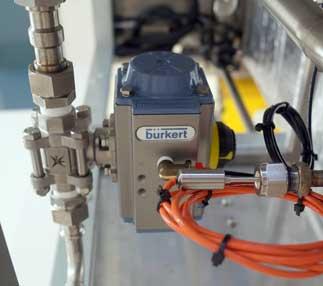 Válvula de esfera e atuador controlando a água na autoclave