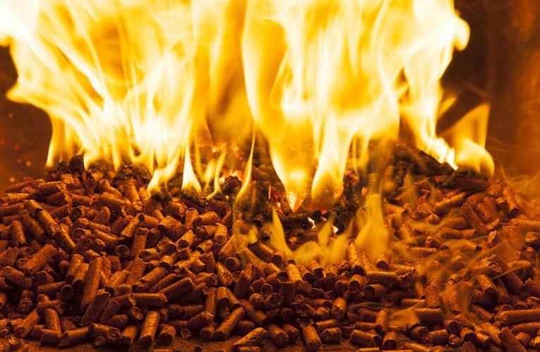 Træpiller producerer en brølende ild