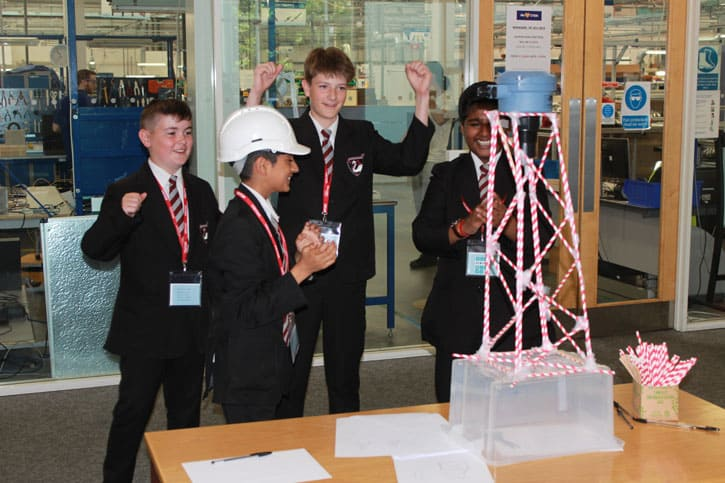Studenten der Bourne End Academy stellen sich der Herausforderung der STEM-Konstruktion